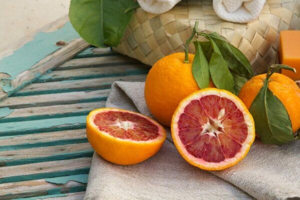 laranjas sobre uma mesa