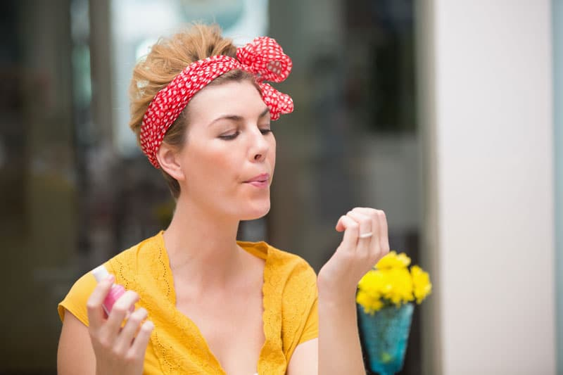 Mulher meia idade cuidando das unhas