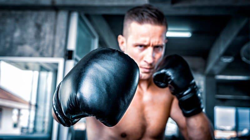 boxeador sem camiseta olhando pra frente