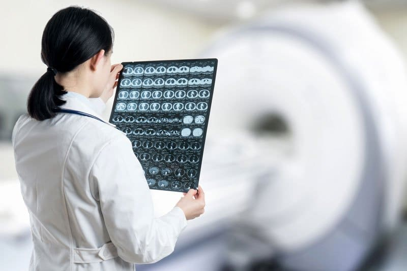 medica analisando radiografia lifesolic