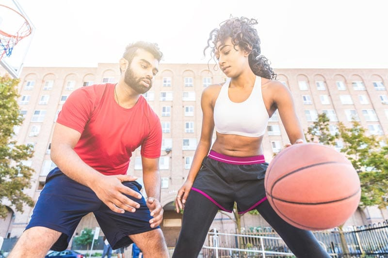 casal jogando basquete e a diferença entre os sexos para hipertrofia feminina