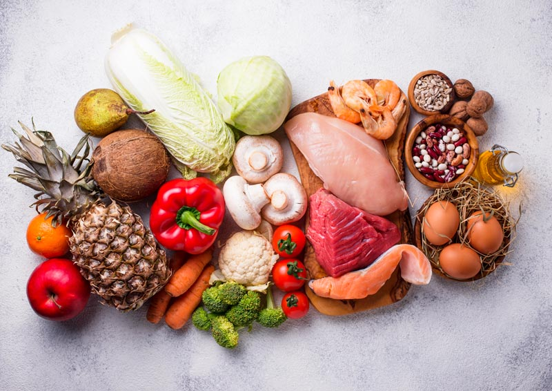 mesa com frutas, legumes e carne de frango
