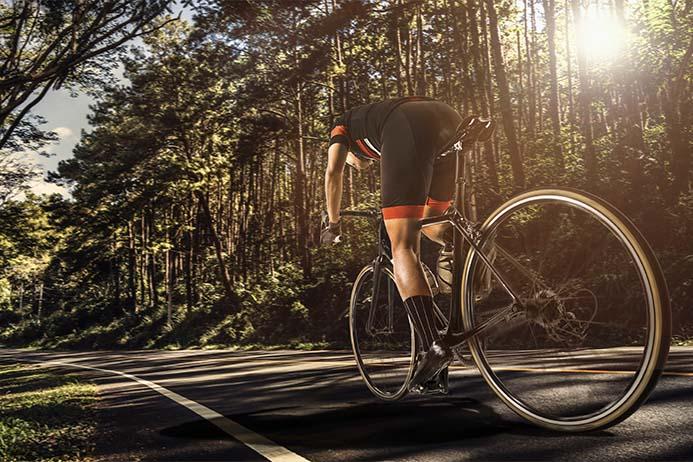 ciclista na estrada com uma speed