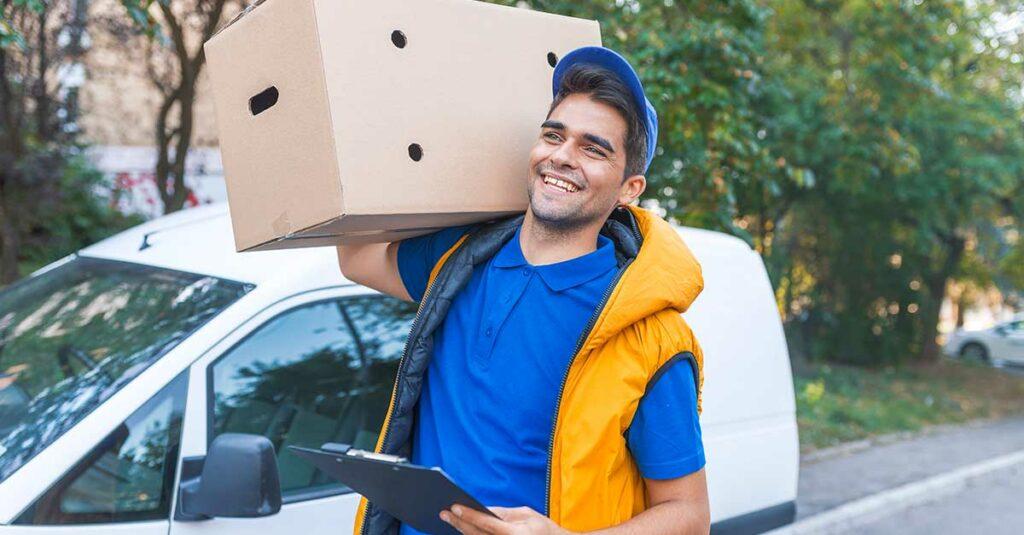 rapaz fazendo entregas com rosto feliz