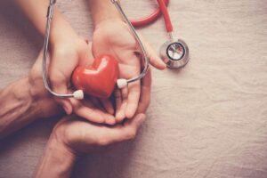 mãos segurando um coração cuidadosamente