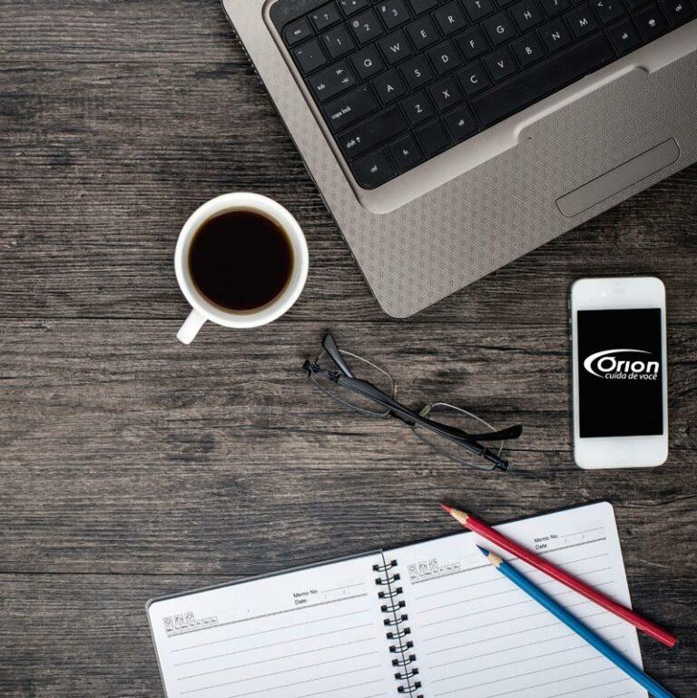 mesa elegante com Smartphone, notebook e café